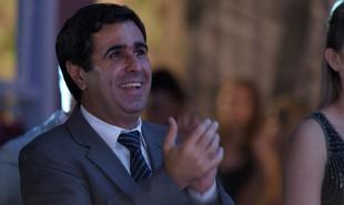 No capítulo de segunda-feira (17) de  'Totalmente demais', Hugo (Orã Figueiredo) vai comprar o apartamento de Carolina (Juliana Paes) na barra da Tijuca | TV Globo