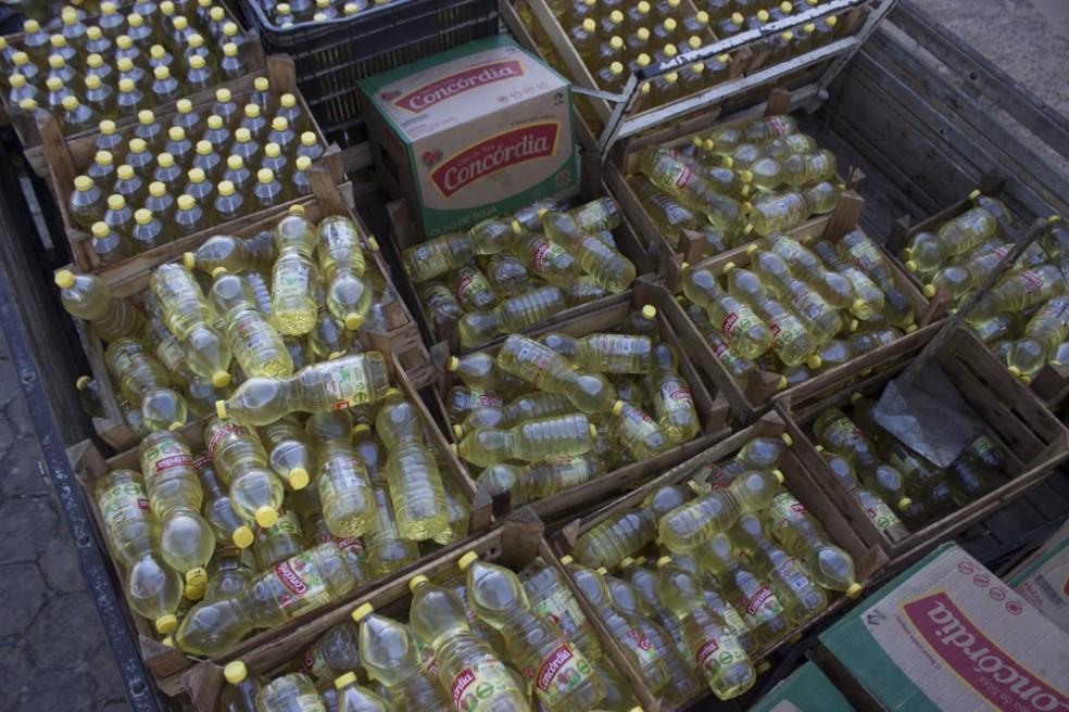 Três mil latas de óleo foram apreendidas (Foto: Polícia Militar/ Divulgação)