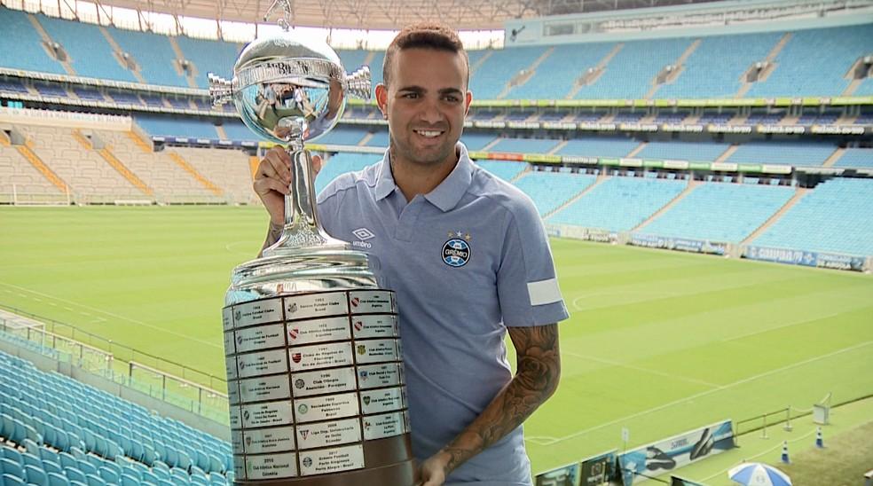 Luan, atacante do Grêmio, com a taça da Libertadores de 2017 — Foto: Reprodução