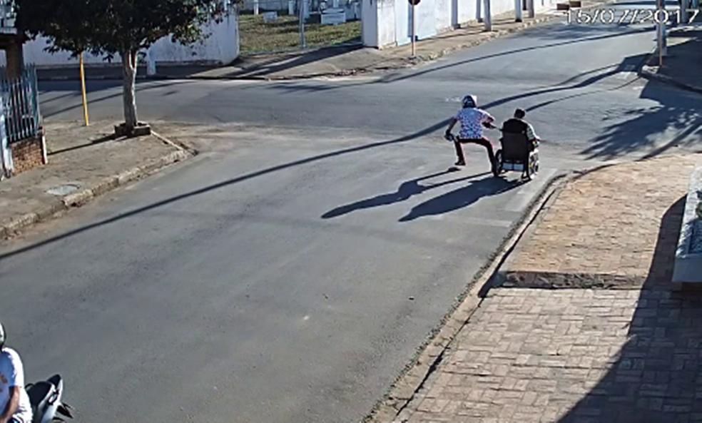 Cadeirante é assaltado na área central de São Miguel Arcanjo (Foto: Reprodução/TV TEM)