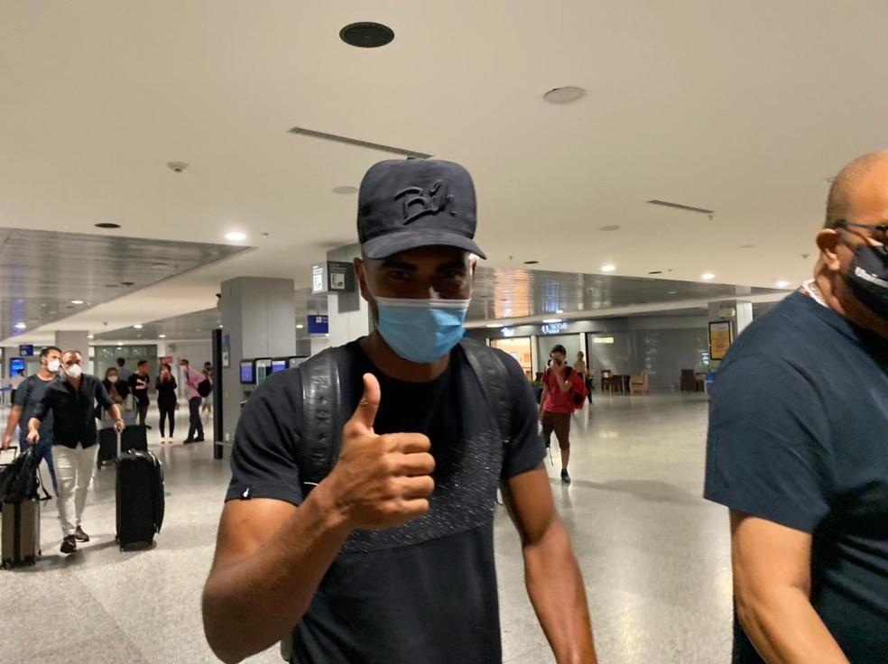 Thiago Santos chega a Porto Alegre para assinar com o Grêmio — Foto: Lucas Bubols