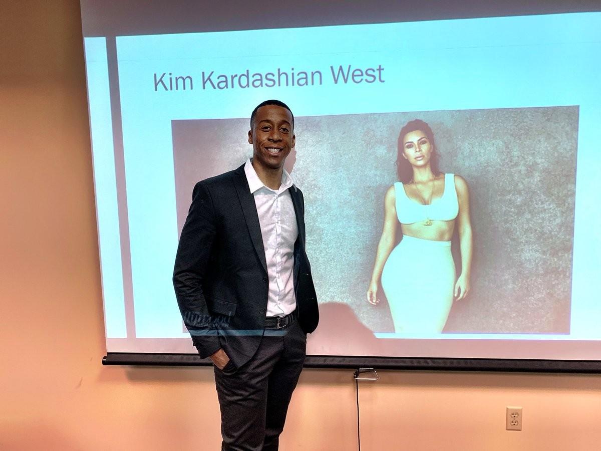 Corderro McMurry apresentando sua tese de mestrado sobre Kim Kardashian (Foto: Twitter)
