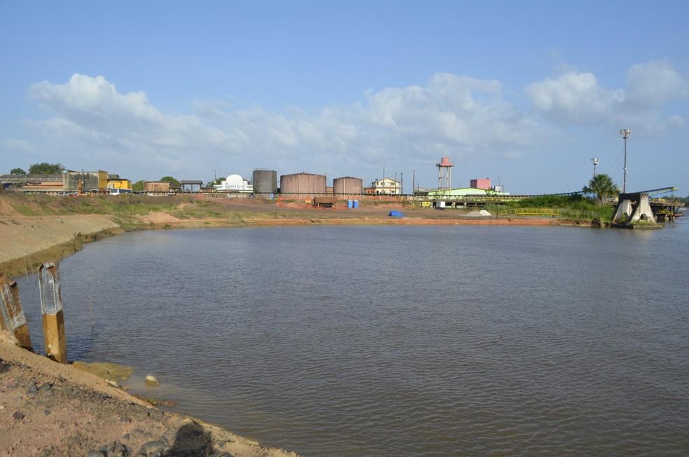 Área que foi 'engolida' pelo rio no acidente no porto (Foto: Graziela Miranda/Arquivo G1)