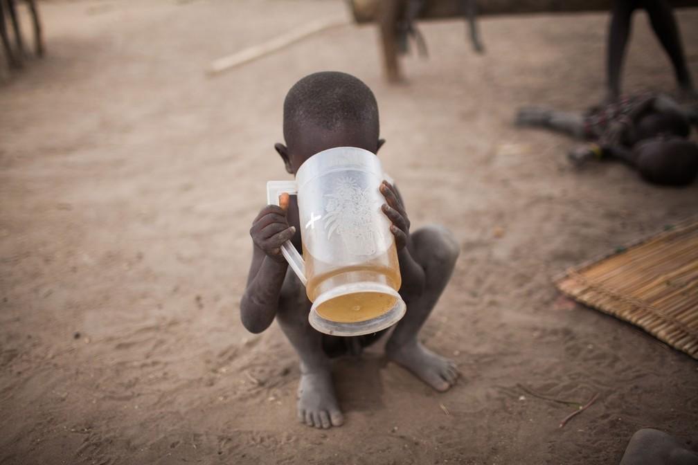 Criança da etnia Mundari bebe água suja; acesso a àgua potável era a principal demanda do grupo (Foto: Bruno Feder)