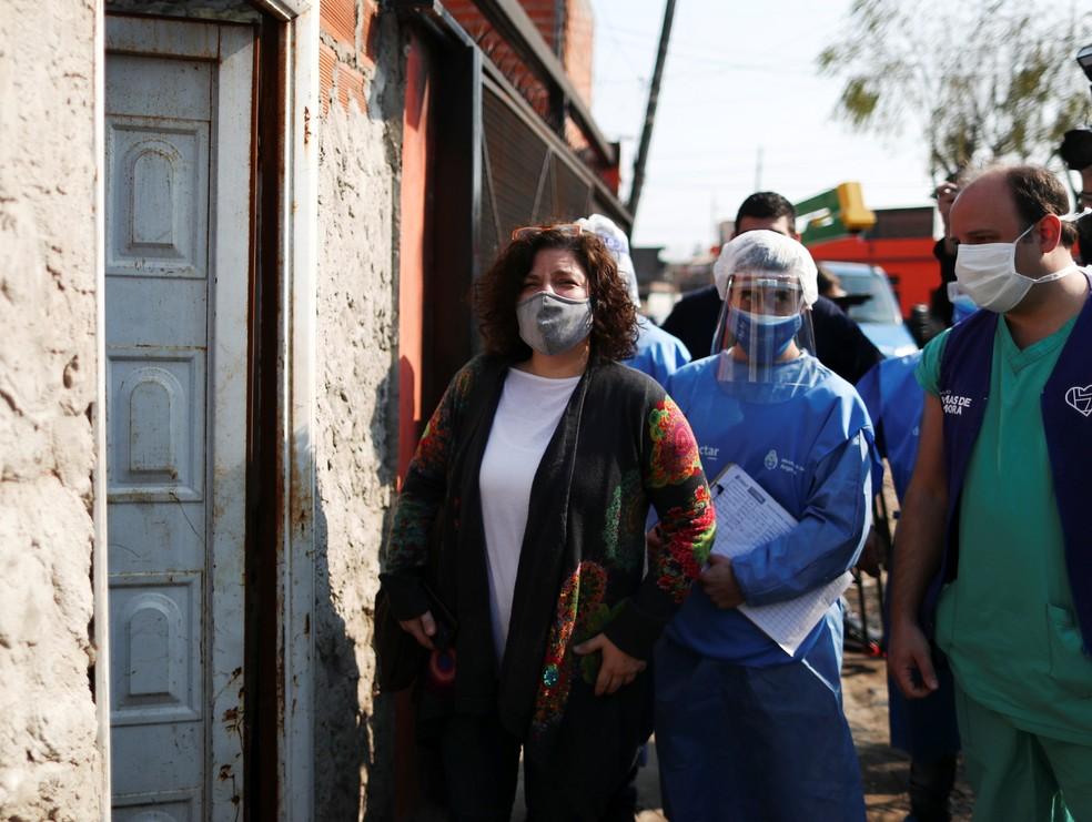 Carla Vizzotti (de máscara cinza) em Buenos Aires, Argentina — Foto: Agustin Marcarian/Reuters