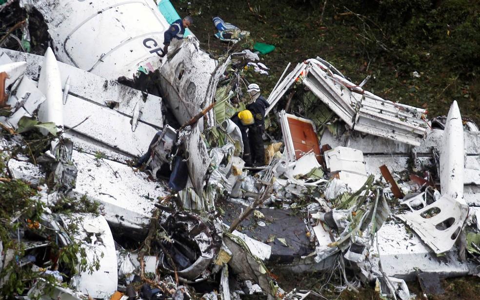 Equipe de resgate trabalha entre destroços do avião da LaMia que caiu perto de Medellín, na Colômbia — Foto: Fredy Builes/Reuters