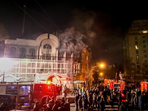 Após ser invadido e vandalizado por manifestantes, prédio da embaixada da Arábia Saudita em Teerã, no Irã, é visto com fumaça saindo das janelas (Foto: Atta Kenare / AFP)