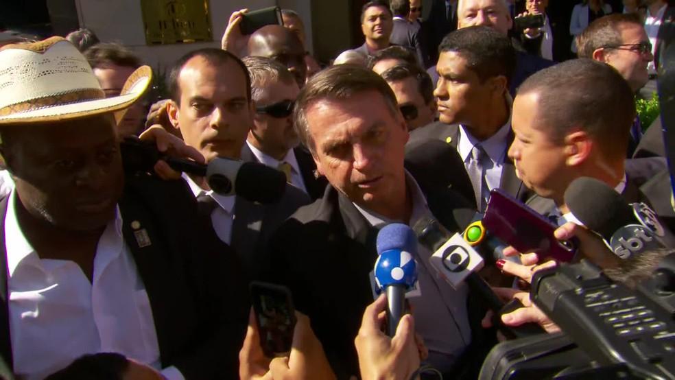Bolsonaro fala com a imprensa logo após chegar a Dallas, nos Estados Unidos, nesta quarta-feira (15) — Foto: Reprodução/GloboNews