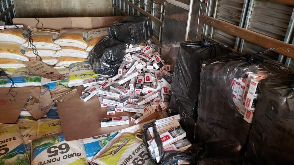 Maços de cigarro foram encontrados em carga que passava por rodovia de Rondônia.  — Foto: Divulgação/PRF