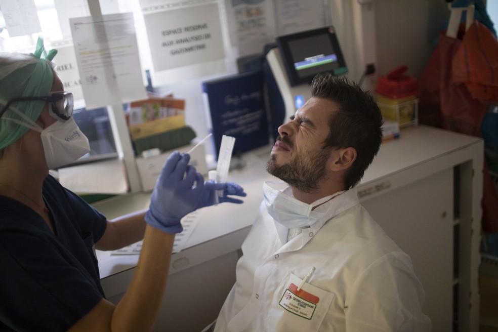 Enfermeiro passa por teste RT-PCR, para detectar a presença do coronavírus, em hospital de Arles, no sul da França, em foto de 28 de outubro — Foto: Daniel Cole/AP