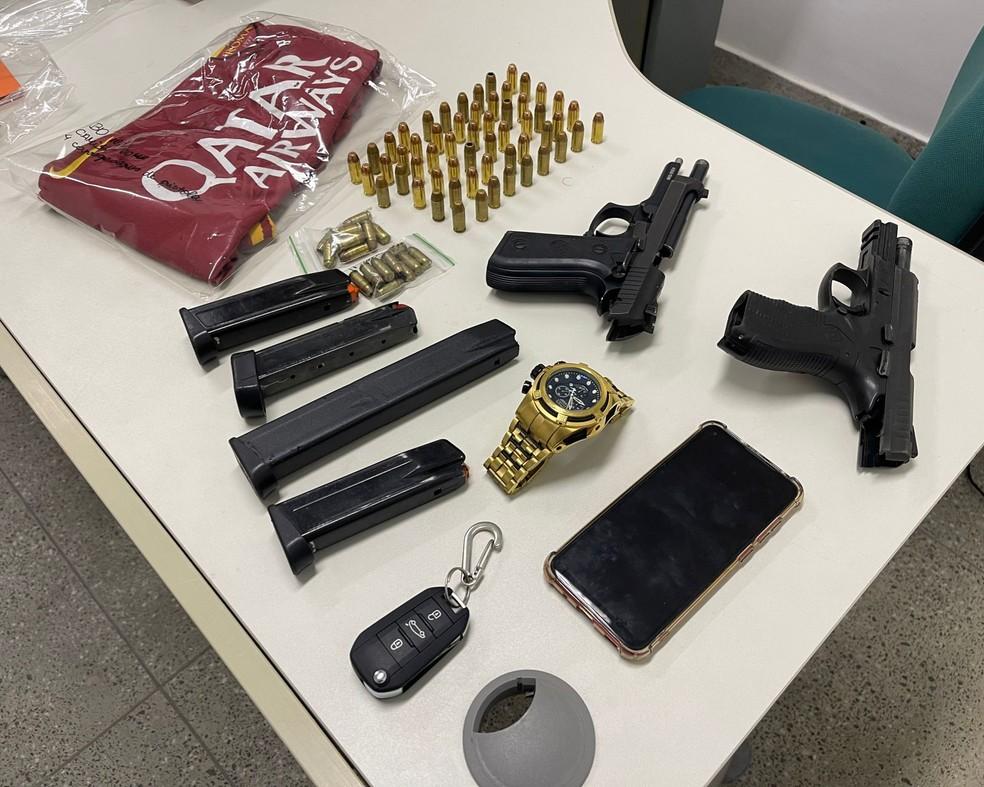 Duas pistolas e 80 munições foram apreendidas com dupla suspeita de integrar mesmo grupo criminoso de Majestade. — Foto: Polícia Civil/ Divulgação