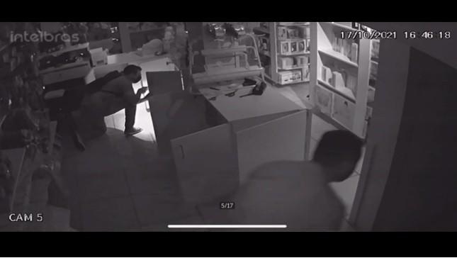 Câmeras de segurança flagram furto a loja de brinquedos em Volta Redonda; veja vídeo