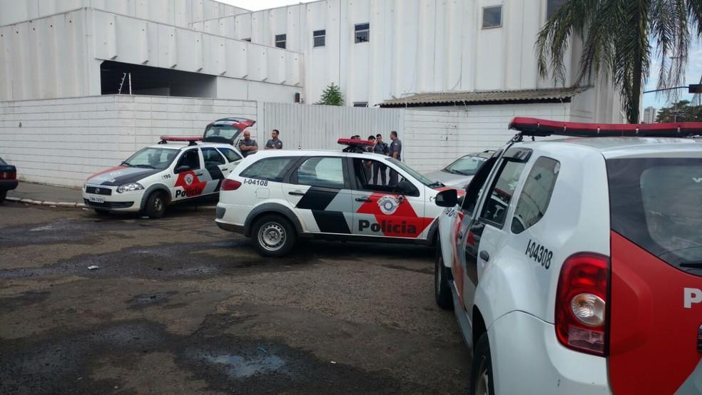 Ocorrência mobilizou várias viaturas da PM  (Foto: Fernanda Ubaid / TV TEM )