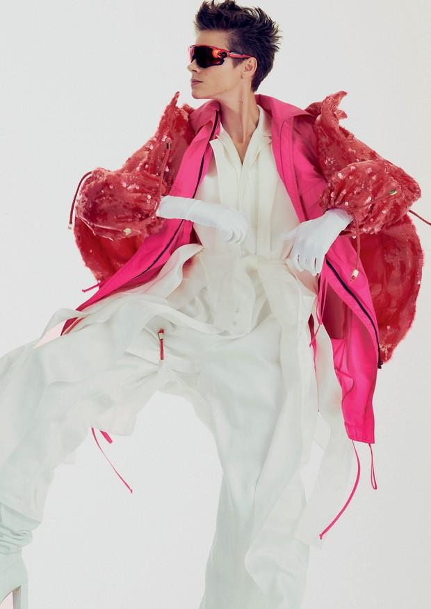 Macacão, R$ 12.900, Ralph Lauren; parka bordada, R$ 2.189, e trench coat, R$ 1.489, ambos Iorane; parka de náilon, Printing; óculos, R$ 780, Oakley.  (Foto: Hick Duarte)
