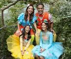 Tania Khalill com o marido, Jair Oliveira, e as filhas no projeto Grandes Pequeninos | Caroline Biazotto