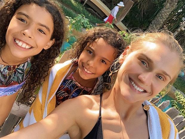Celina Locks posa com Maria Sofia e Maria Alice, filhas de Ronaldo (Foto: Reprodução / Instagram)