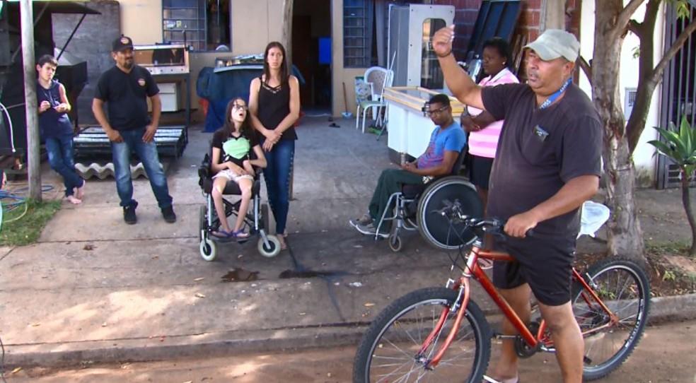 Luiz fica indignado ao ver o descaso do transporte coletivo em São Carlos com os vizinhos cadeirantes — Foto: Nilson Porcel/EPTV