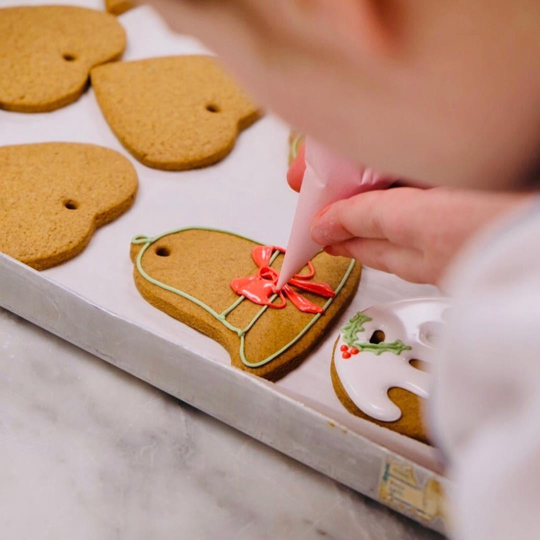 Confeiteira decora biscoito em formato de sino com laço (Foto: Reprodução / Instagram)