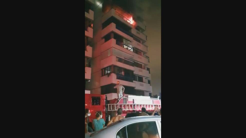 Apartamento na Barra da Tijuca, Zona Oeste do Rio, pegou fogo na madrugada deste sábado (9) — Foto: Reprodução