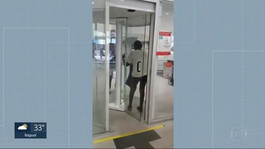 Idoso precisa se despir para entrar em agência bancária no Rio; aposentado usa prótese metálica no joelho