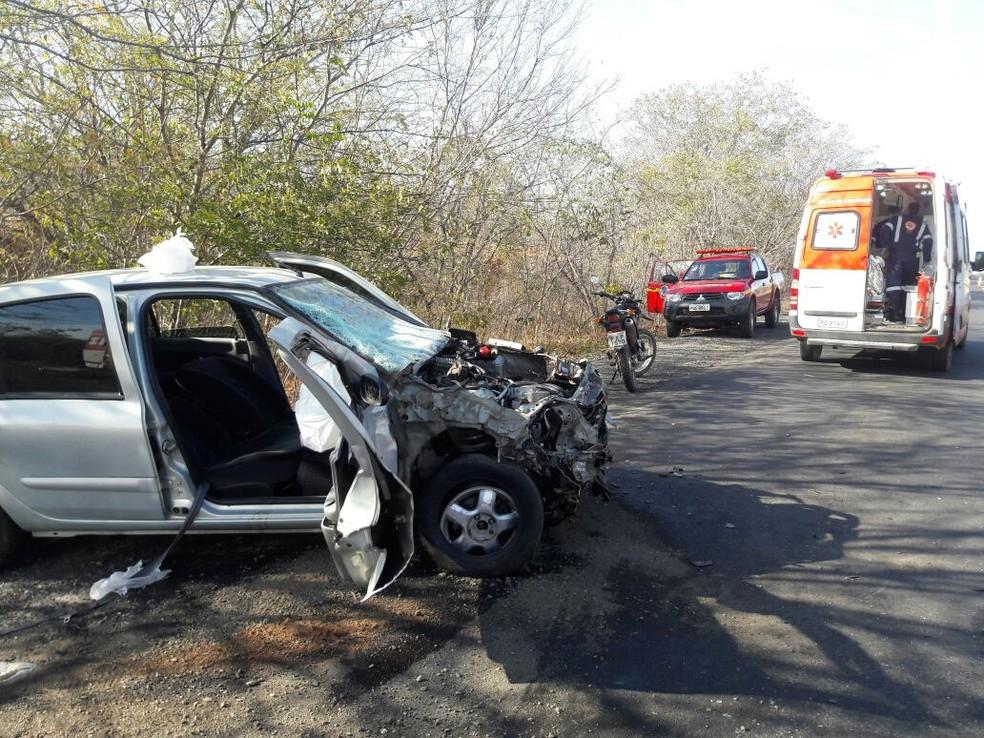 Dois carros bateram de frente e três pessoas morreram em MG. (Foto: Samu/Divulgação)