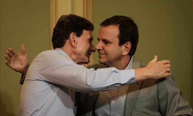 Marcelo Crivella e Eduardo Paes se cumprimentam na transição de 2016