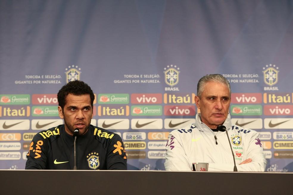 Daniel Alves, como capitão, ao lado de Tite em coletiva da Seleção — Foto: Pedro Martins / MoWA Press