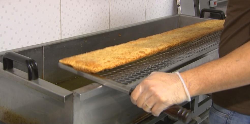 Para fritar pastel são necessários 40 litros de óleo (Foto: Claudio de Souza/TV TEM)