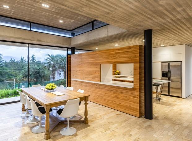 Uma janela conecta a cozinha à mesa de jantar (Foto: Deezen/ Reprodução)