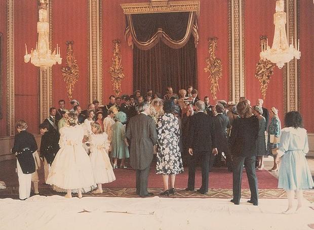 Os convidados e a família real se aglomeram para uma foto no Palácio de Buckingham (Foto: prevnext RR Auction/Splash News Online/ Reprodução)