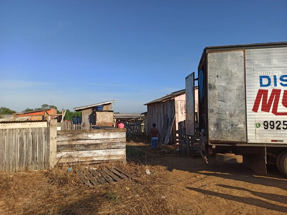 Moradoras retiram objetos de casa durante reintegração de posse em Ariquemes, RO — Foto: William Andrade/Rede Amazônica
