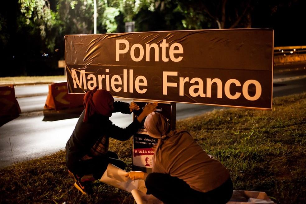 Intervenção em placa da Ponte Costa e Silva; sinalização foi adesivada com nome de Marielle Franco — Foto: Movimento de Mulheres Olga Benario/Divulgação