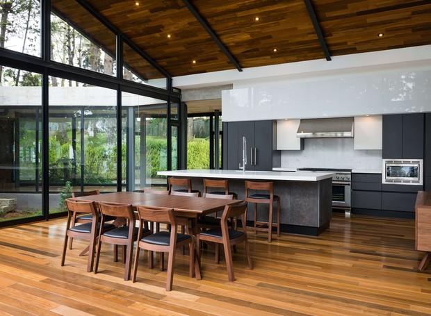 A cozinha foi ampliada na parte nova da casa e ganhou uma sala de jantar (Foto: Andrés Asturias)