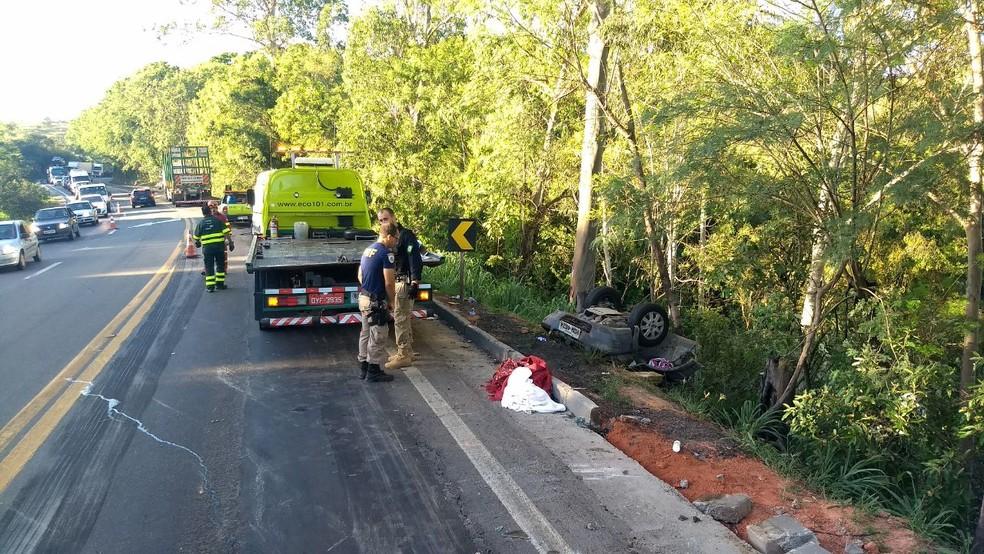 Carro saiu da pista após acidente  na BR-101 em Vila Velha (Foto: Luciney Araújo/ TV Gazeta)