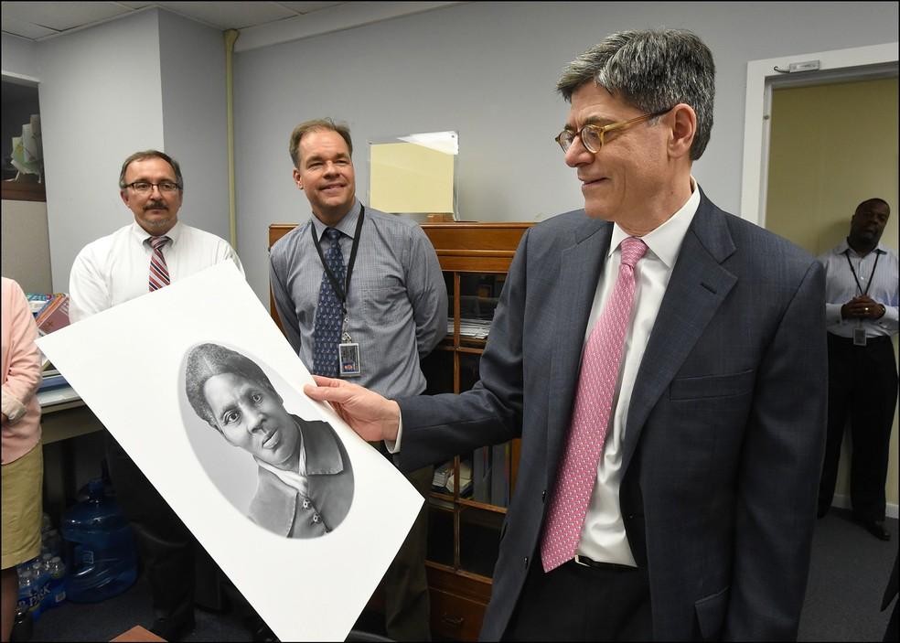 Na foto, de 2016, o então secretário do Tesouro, Jacob Lew, olha para uma representação de Harriet Tubman em Washington.  — Foto: Chris Taylor / Department of Treasury / AFP