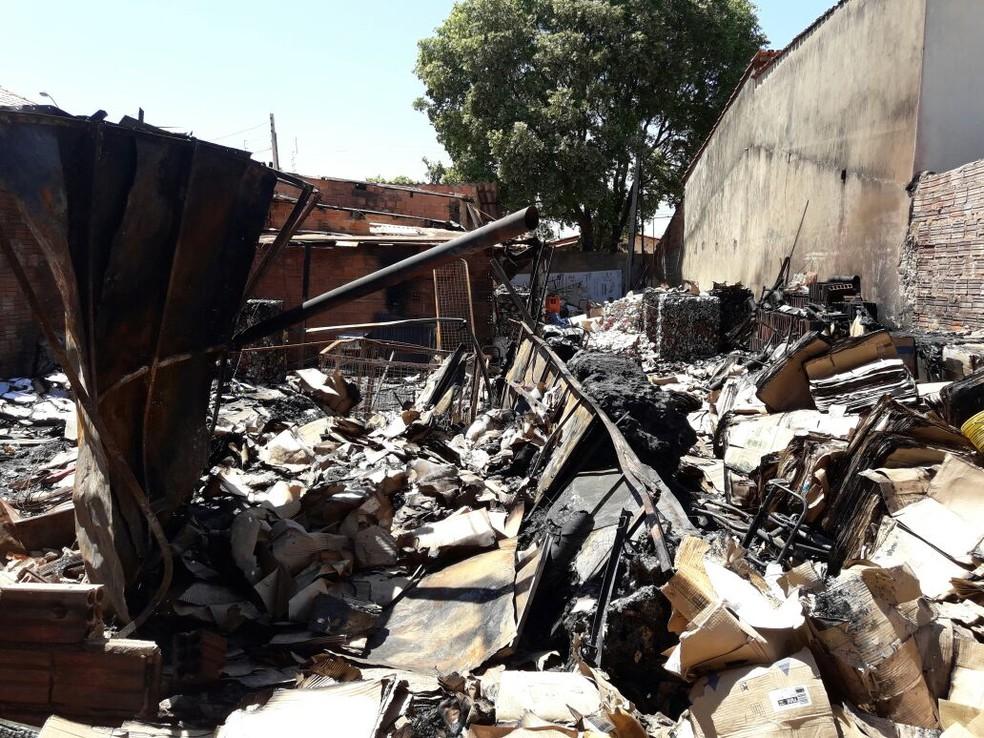 Incêndio destruiu papéis, plásticos e entulhos (Foto: Divulgação/Bombeiros)