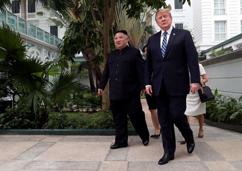 Kim Jong-un e Donald Trump passeiam nos jardins do hotel Metropole, em Hanói, capital do Vietnã — Foto: Leah Millis/Reuters