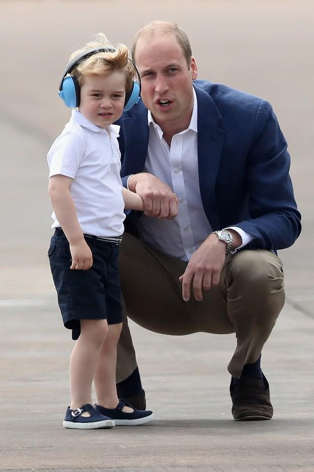 Combinação impecável de polo branca e bermuda azul no look de George (Foto: Getty Images)