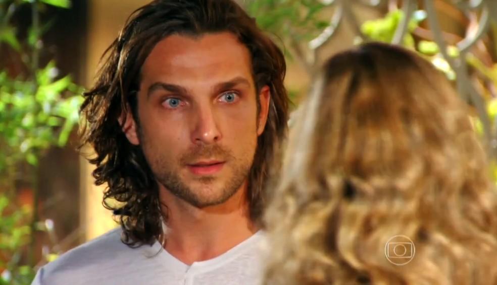 Alberto (Igor Rickli) diz a Ester (Grazi Massafera) que Cassiano (Henri Castelli) trocou os diamantes, em 'Flor do Caribe' — Foto: Globo