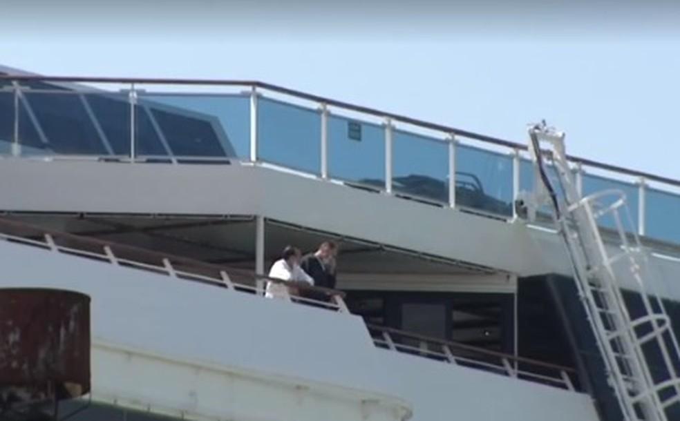 Tripulantes são flagrados desrespeitando regra de 2 metros de distância dentro de navio em Santos (SP) — Foto: Reprodução