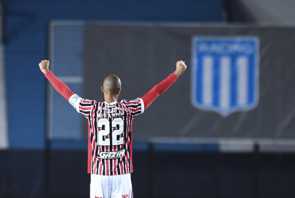 Miranda comemora o primeiro gol do São Paulo contra o Racing — Foto: Staff Images / CONMEBOL