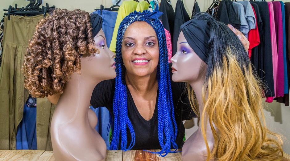 Luciana Asanuma é proprietária da Lu by Lara, loja que comercializa acessórios para cabelos aplicados em cabelos artificiais.  (Foto: Sebrae-SP)
