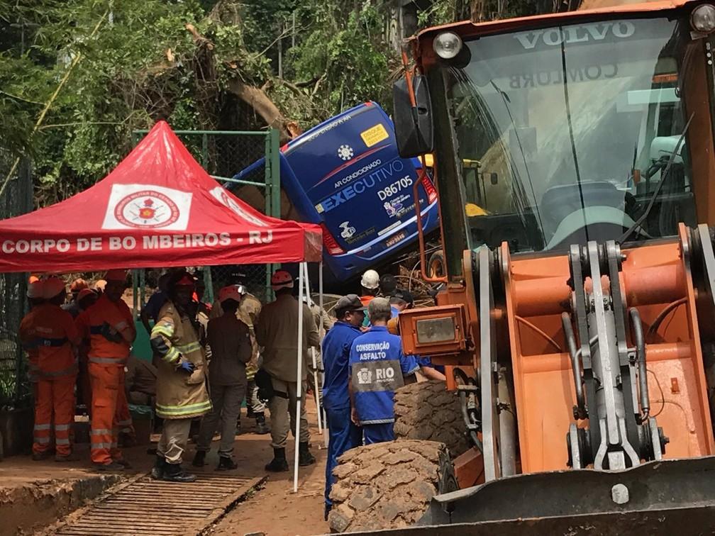 Equipes trabalham para retirar ônibus atingido por deslizamento na Avenida Niemeyer — Foto: Alba Valéria Mendonça/G1