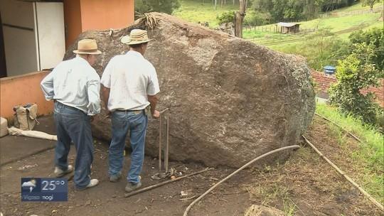 Prefeitura começa trabalhos para retirada de pedra 'gigante' na zona rural de Ipuiúna, MG
