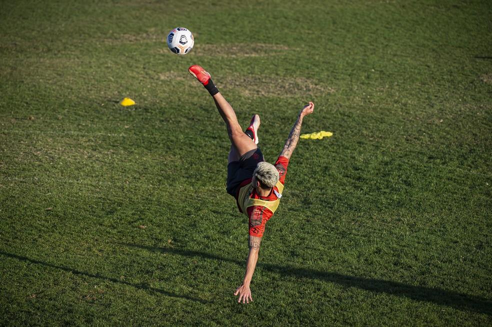 Pedro treina finalização no último treino do Flamengo antes do jogo em Brasília — Foto: Alexandre Vidal / Flamengo