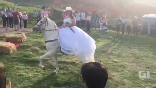Noivos surpreendem convidados e chegam a cavalo no altar em São Bento; assista
