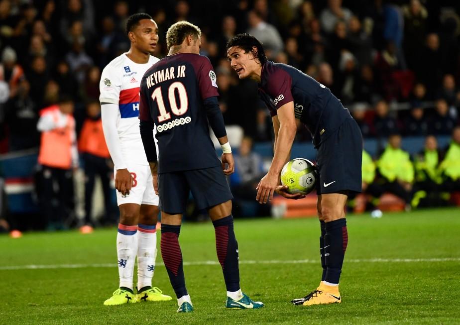 Neymar x Cavani: briga de egos por causa de faltas e pênaltis preocupa o PSG