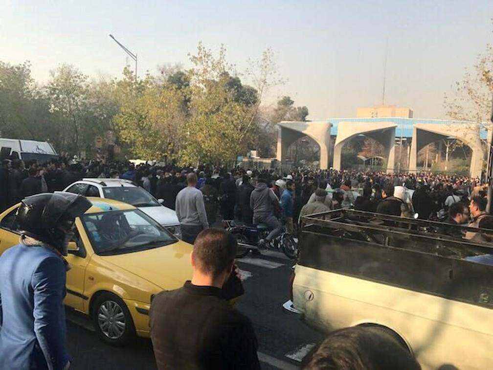 Protestos próximos a universidade em Teerã, no Irã (Foto: Reuters)