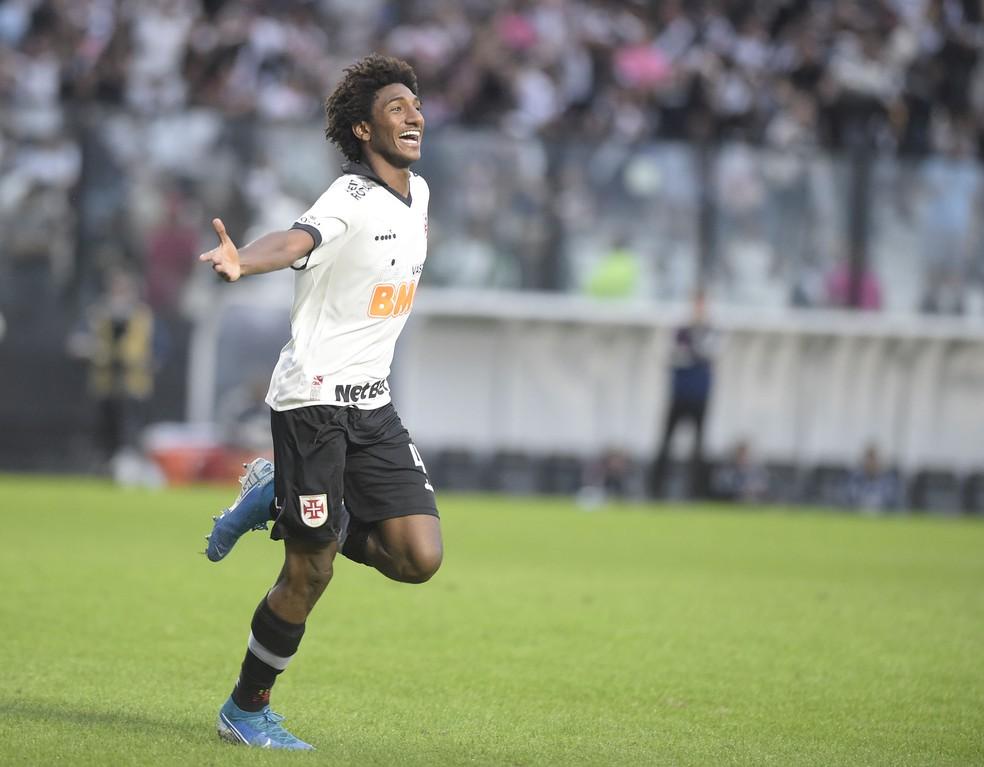Talles Magno comemora seu gol sobre o São Paulo — Foto: André Durão