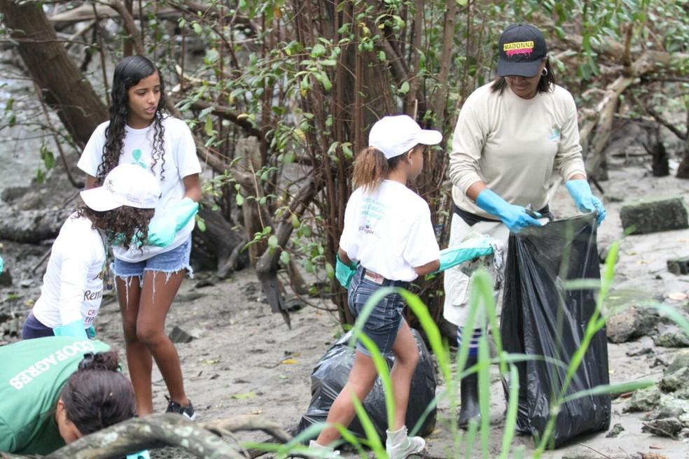 Estudantes e trabalhadores da Emlurb fizeram limpeza do manguezal, no Recife (Foto: Marlon Costa/Pernambuco Press)